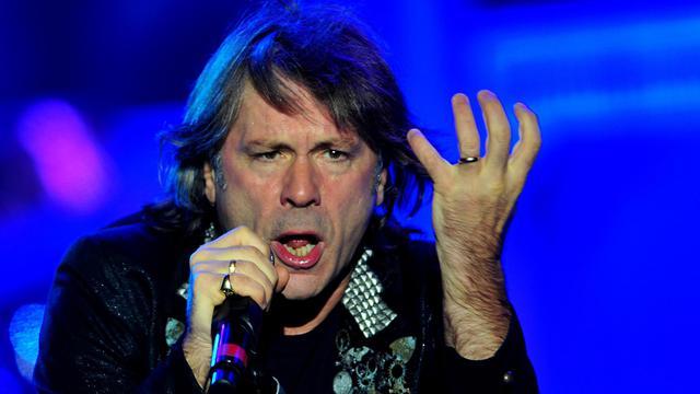 Bruce Dickinson, le chanteur du groupe de rock heavy metal Iron Maiden, en concert à Santiago du Chili le 10 octobre 2013 [Francesco Degasperi / AFP/Archives]