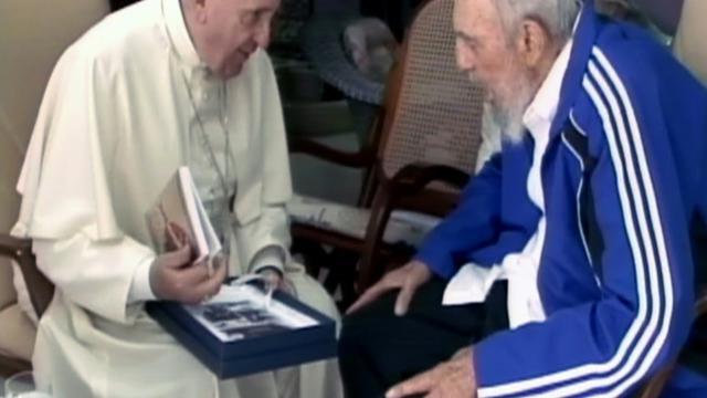 Capture d'écran de la TV cubaine du pape François et de Fidel Castro le 20 septembre 2015 à La Havane [-- / Cubavision/AFP]
