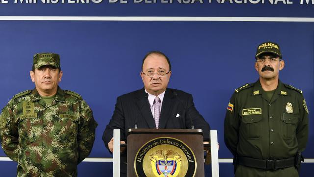 Le ministre colombien de la Défense Luis Carlos Villegas (c), le commandant des Forces armées, le général Juan Pablo Rodriguez (g) et le directeur général de la police colombienne, Rodolfo Palomino lors d'une conférence de presse, le 26 octobre 2015 à Bogota [JAVIER CASELLA / Ministère colombien de la Défense/AFP]