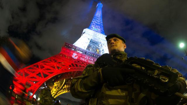 Un militaire du plan Vigipirate devant la Tour Eiffel le 16 novembre 2015 à Paris [JOEL SAGET / AFP]