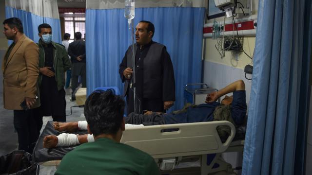 Un blessé est transporté à l'hôpital Wazir Akbar Khan après un l'explosion d'une voiture piegée à Kaboul, le 24 décembre  2018 [WAKIL KOHSAR / AFP]
