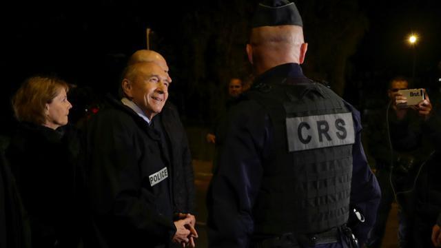 Le ministre de l'Intérieur Gérard Collomb rencontre des policiers lors d'un déplacement, le 8 octobre 2017, dans l'Essonne à Viry-Châtillon [Thomas SAMSON / AFP]