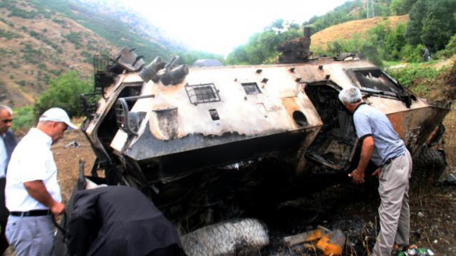 Des villageois recherchent  les corps de soldats tués dans une attaque le 7 septembre 2015 à Daglica dans le sud de la Turquie [- / DICLE NEWS AGENCY/AFP]