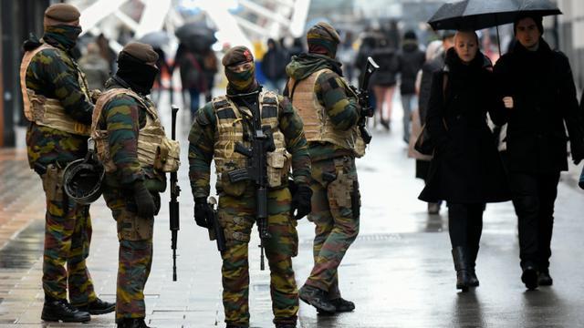 Des soldats patrouillent dans une rue commerçante de Bruxelles le 21 novembre 2015 [JOHN THYS / AFP]