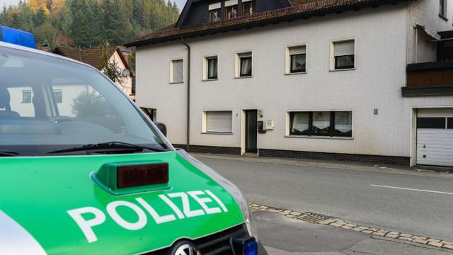 Une voiture de police le 13 novembre 2015 devant une maison à Wallenfels, où les corps de plusieurs enfants ont été trouvés  [Nicolas Armer / DPA/AFP]