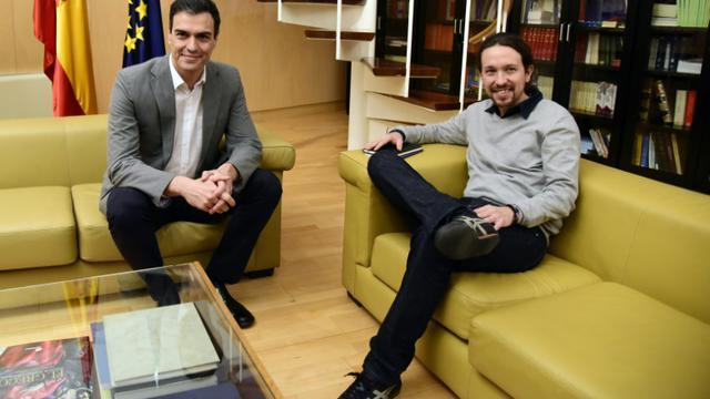 Le dirigeant socialiste Pedro Sanchez (g) et chef du parti de gauche radicale Podemos, Pablo Iglesias (d), à Madrid, le 5 février 2016 [JAVIER SORIANO / AFP]