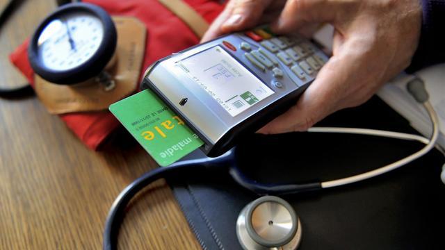Un médecin consulte les données d'une carte vitale [Philippe Huguen / AFP/Archives]