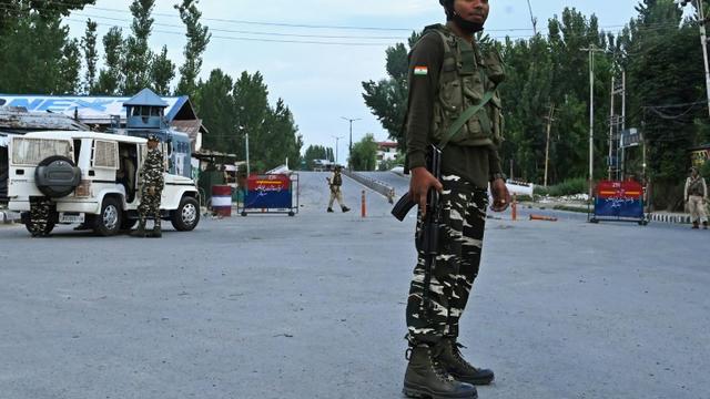 Un barrage des forces de sécurité indiennes à Srinagar le 12 août 2019 [Tauseef MUSTAFA / AFP]