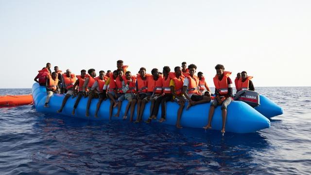 Photo prise et difffusée le 5 juillet 2019 par l'ONG allemande Sea-Eye montrant des migrants à bord d'un canot pneumatique surchargé repéré dans les eaux internationales au large de la Libye [Fabian Heinz / sea-eye.org/AFP/Archives]