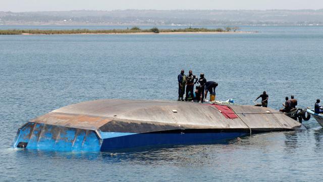 Les secouristes de Tanzanie recherchent le 22 septembre 2018 des victimes du naufrage la veille du MV Nyerere sur le lac Victoria, en Tanzanie [STRINGER / AFP]