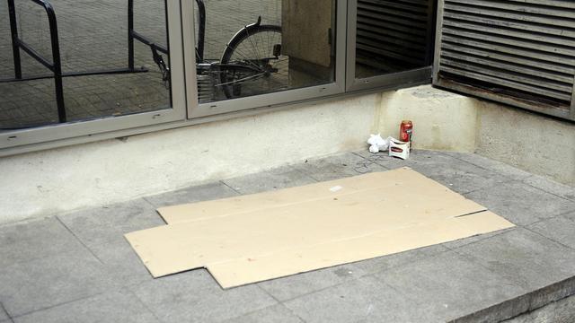 Un morceau de carton qui sert de couchette, dans une rue de Bordeaux [Jean-Pierre Muller / AFP/Archives]