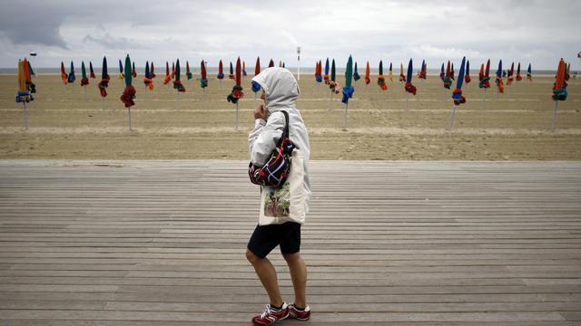Une femme sur la plage de Deauville le 10 juillet 2012 [Charly Triballeau / AFP/Archives]