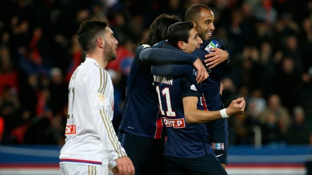 Les Parisiens congratulent Lucas Moura, buteur face à l'OL en quarts de finale de la Coupe de la Ligue, le 21 janvier 2016au Parc des Princes [THOMAS SAMSON / AFP/Archives]