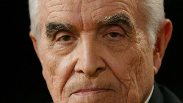 """Portrait du philosophe René Girard pris le 29 avril 2004 sur le plateau de l'émission """"Culture et dépendances"""" enregistrée au siège de France Télévision à Paris [Francois Guillot / AFP]"""