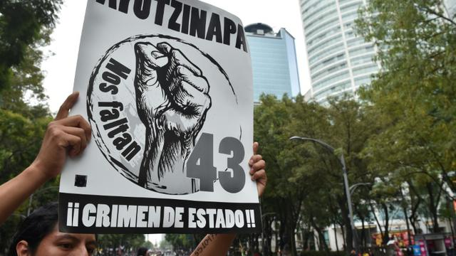Des proches des 43 étudiants mexicains disparus à Iguala manifestent à Mexico, le 26 septembre 2015, un an après leur disparition [YURI CORTEZ / AFP/Archives]