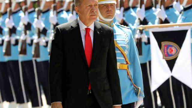 Le président turc Recep Tayyip Erdogan passe en revue la garde d'honneur à son arrivée au Parlement, le 7 juillet 2018 à Ankara [ADEM ALTAN / AFP]