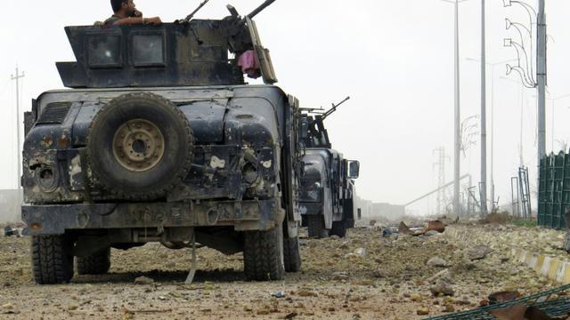 Les forces irakiennes surveillent la route qui mène vers Ramadi, le 24 décembre 2015 [STR / AFP]