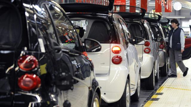 Un salarié sur une chaîne de montage à l'usine Smart France le 11 décembre 2012 à Hambach  [Jean-Christophe Verhaegen / AFP/Archives]