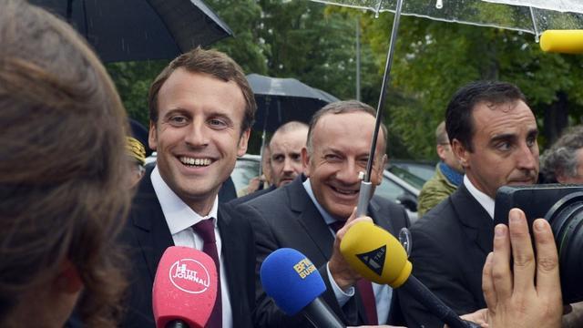 Le ministre de l'Economie Emmanuel Macron et le patron du  Medef Pierre Gattaz le 27 août 2015 à Jouy-en-Josas [ERIC PIERMONT / AFP]