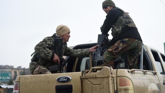 Des membres des forces de sécurité près de l'Académie militaire de Kaboul où s'est déroulé une attaque meurtrière le 29 janvier 2018 [WAKIL KOHSAR / AFP]
