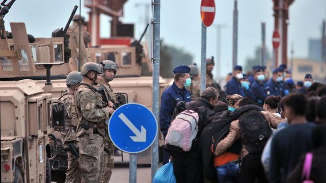 Des migrants et réfugiés attendent pour franchir la frontière entre la Croatie et la Serbie, le 24 septembre 2015 près du village de Baranjsko Petrovo Selo [ELVIS BARUKCIC / AFP]