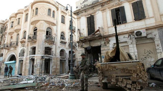 Des soldats libyens loyaux au gouvernement reconnu par la communauté internationale, le 28 février 2015 à Benghazi, à l'est du pays  [ABDULLAH DOMA / AFP/Archives]