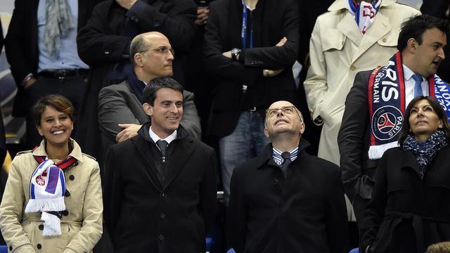 Les ministres des Sports et de l'Intérieur, Najat Vallaud-Belkacem et Bernard Cazeneuve, entourent le Premier ministre Manuel Valls, lors d'un match le 19 avril 2014 au stade de France [Franck Fife / AFP/Archives]
