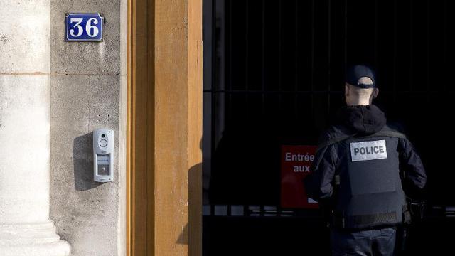 Un policier devant le 36 Quai des Orfèvres à Paris, le 6 février 2015 [Kenzo Tribouillard / AFP/Archives]