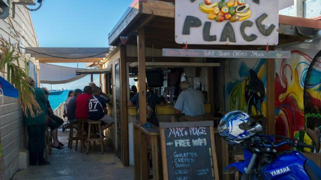 Des clients regardent un match de football dans un bar à Grand-Case, le 28 février 2018, sur l'île de Saint-Martin [Lionel CHAMOISEAU / AFP/Archives]