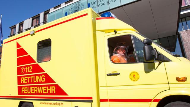 Une ambulance transporte le patient infecté par le virus Ebola arrive à l'hôpital universitaire de Hambourg-Eppendorf, le 27 août 2014 [Georg Wendt / DPA/AFP]