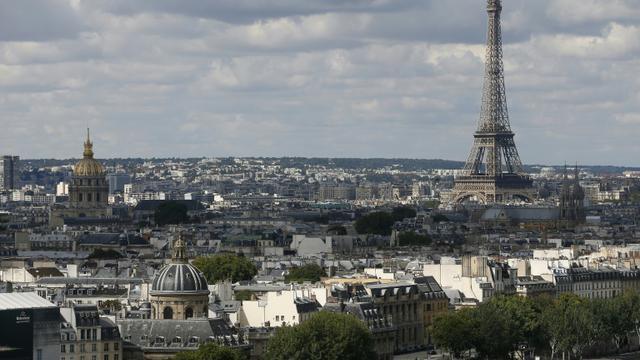 """Paris comptera dès cet automne douze """"zones touristiques internationales"""" (ZTI) où les commerces pourront ouvrir le dimanche et tous les soirs de la semaine jusqu'à minuit [Patrick Kovarik / AFP/Archives]"""