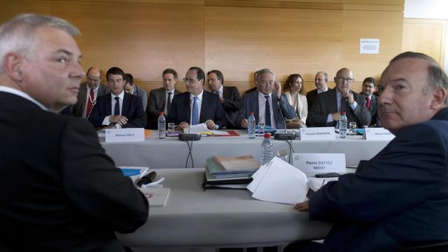 Le secrétaire général de la CGT Thierry Lepaon (à G) et le chef du patronat Pierre Gattaz (à D) participent à la conférence sociale organisée par le gouvernement le 7 juillet 2014 à Paris [Kenzo Tribouillard / AFP/Archives]