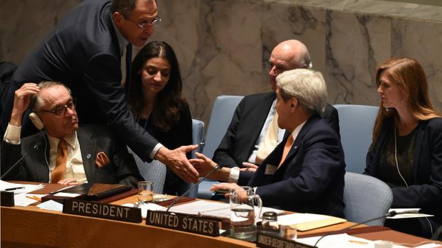 Poignée de mains entre les ministre russe des Affaires étrangères Serguei Lavrov et le Secrétaire d'Etat américain John Kerry le 18 décembre 2015 à l'Onu à New York [TIMOTHY A. CLARY / AFP]