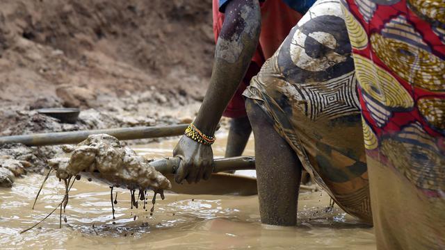 Des femmes travaillent dans une mine d'or de Centrafrique, le 5 mai 2014 à Gaga [Issouf Sanogo / AFP/Archives]