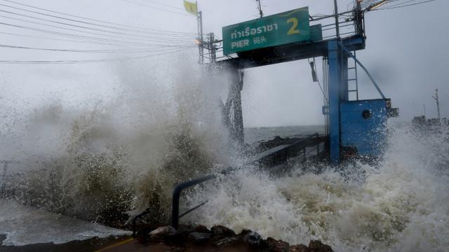 Des vagues provoquées par la tempête Pabuk s'écrasent contre un débarcadère dans la province de Surat Thani (sud de la Thaïlande), le 4 janvier 2019 [Lillian SUWANRUMPHA / AFP]