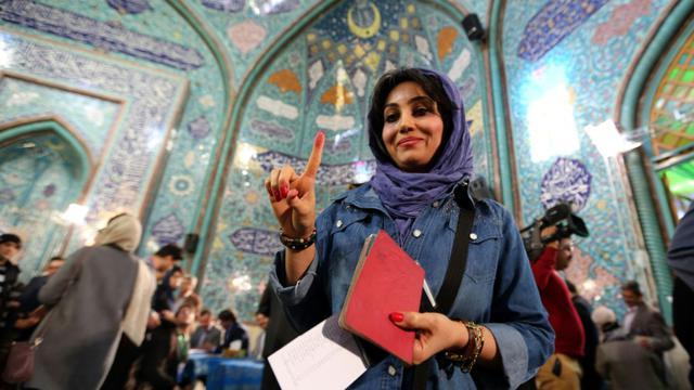 Une électrice iranienne dans un bureau de vote de Téhéran, la capitale de l'Iran, le 26 février 2016 [ATTA KENARE / AFP]