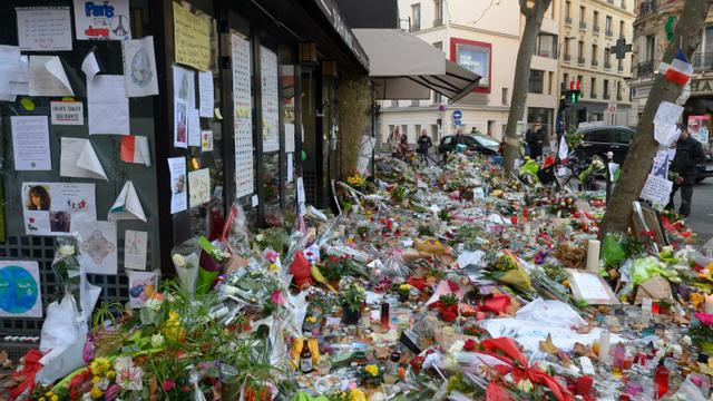 Fleurs et bougies  le 18 novembre 2015 devant le restaurant La Belle Equipe l'une des cibles des attaques jihadistes du 13 novembre 2015 à Paris  [BERTRAND GUAY / AFP/Archives]