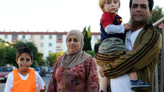 Une faille de réfugiés venus de Homs en Syrie installés dans un immeuble promis à la démolition à Toulouse en France, le 11 septembre 2015 [Remy Gabalada / AFP]