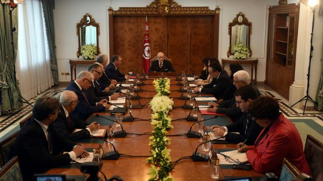 Réunion à Tunis entre le président tunisien Béji Caïd Essebsi (C) et les responsables des partis au pouvoir, de la centrale syndicale et du patronat, le 13 janvier 2018 [FETHI BELAID / AFP]