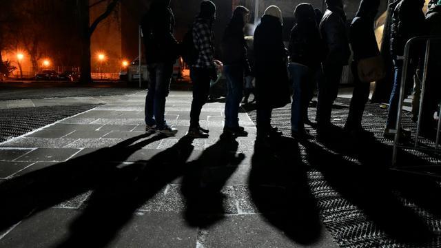 Des migrants font la queue devant une tente d'enregistrement à Berlin, le 5 janvier 2016 [TOBIAS SCHWARZ / AFP]