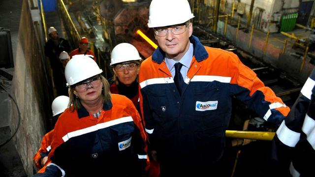 Bruno Le Maire (d) visite l'usine d'Ascoval à Saint-Saulve, dans le Nord, le 8 novembre 2012 [FRANCOIS LO PRESTI / AFP]
