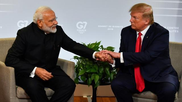 Le Premier ministre indien Narendra Modi et le président américain Donald Trump lors d'une rencontre, le 26 août 2019 à Biarritz [Nicholas Kamm / AFP]