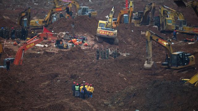 Des équipes de secours recherchent des éventuels survivants le 22 décembre 2015 dans une zone industrielle de Shenzhen, au sud de la Chine, où un glissement de terrain a enseveli 81 personnes [JOHANNES EISELE / AFP]