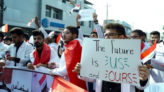Des étudiants en médecine manifestent contre le gouvernement dans la capitale irakienne, Bagdad, le 28 octobre 2019 [- / AFP]