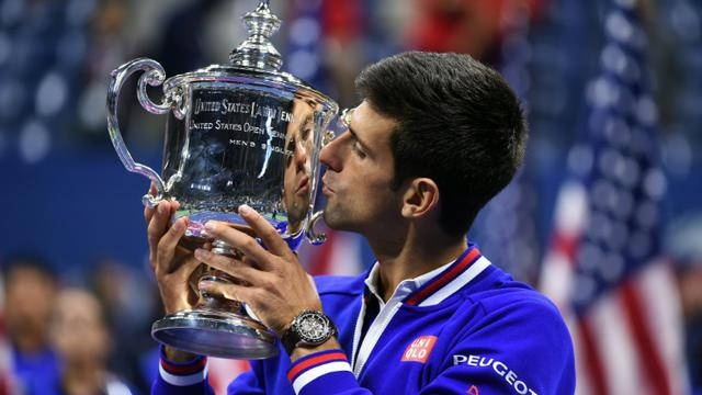 Novak Djokovic embrasse le trophée à l'issue de l'US Open qu'il a remporté en battant Roger Federer le 13 septembre 2015 à New York [JEWEL SAMAD / AFP]