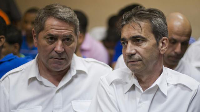 Les pilotes Jean Pascal Furet (g) et Bruno Odos lors d'une audience à Higuey (est de la République dominicaine), le 4 février 2015 [Erika Santelices / AFP/Archives]