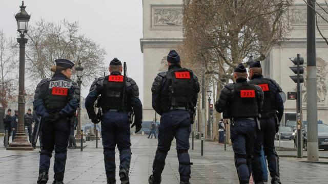 Des policiers en position près de l'Arc de Triompe, le 23 mars 2019 à Paris [FRANCOIS GUILLOT / AFP/Archives]