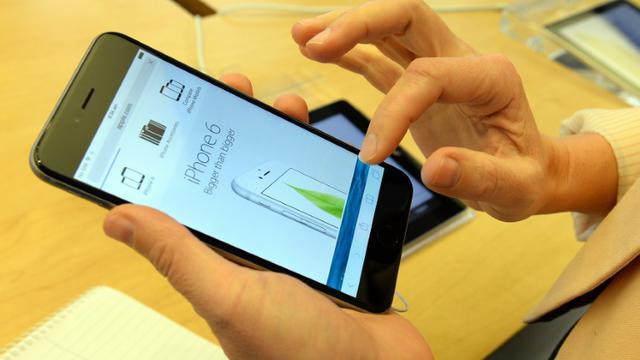 Apple confirme que les ventes de l'iPhone, qui tirent sa croissance depuis des années, devraient reculer ce trimestre, une première depuis le lancement du produit en 2007 [SAEED KHAN / AFP/Archives]