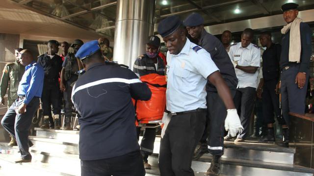 Les corps de victimes de l'attaque de l'hôtel Radisson, évacués le 20 novembre 2015 à Bamako [HABIBOU KOUYATE / AFP]