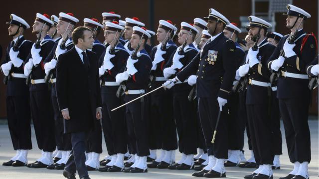 Emmanuel Macron passe en revue des marins lors de la cérémonie des voeux aux armées à la BA 101 de Toulouse-Francazal, le 17 janvier 2019 [Ludovic MARIN / AFP/Archives]